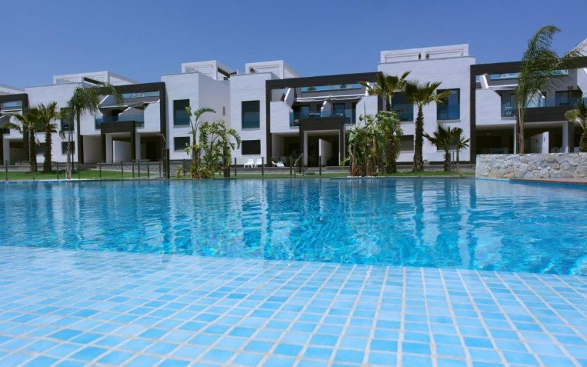 Moderne prosjekt i El Raso med kort vei til stranden. Boliger med felles bassengområde og SPA.