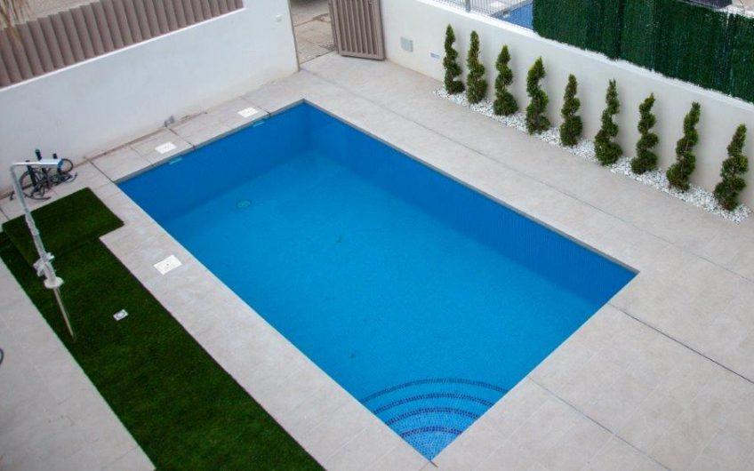 Moderne eneboliger med privat basseng.