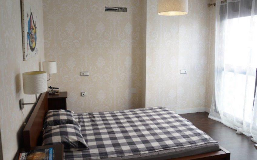 Stor leilighet i Torrevieja sentrum med 4 soverom og 4 bad. Felles bassengområde.
