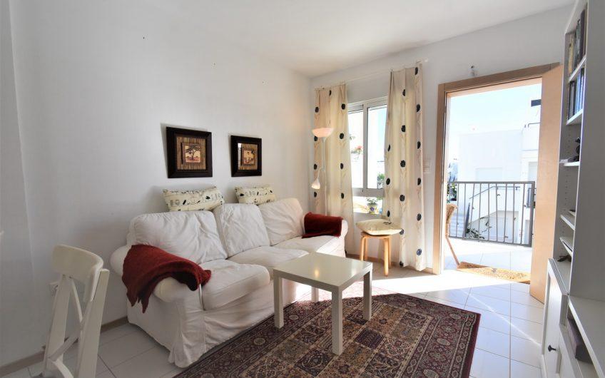 *SOLGT* Sjarmerende toppleilighet i Vistabella. Nær by og strand.