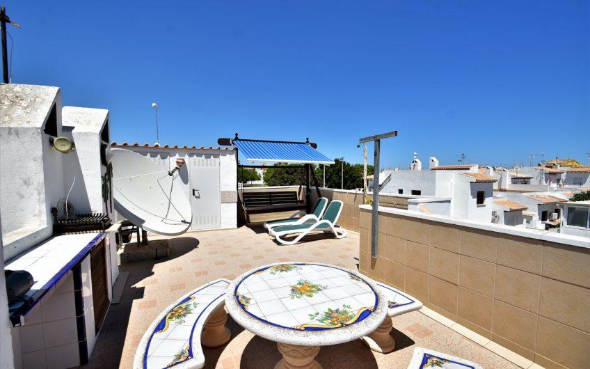 Toppleilighet i La Rosaleda med takterrasse og felles bassengområde.