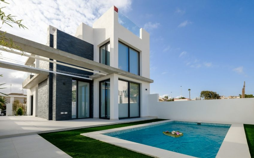 Moderne luksuriøs villa med basseng 150 meter fra havet i populært område