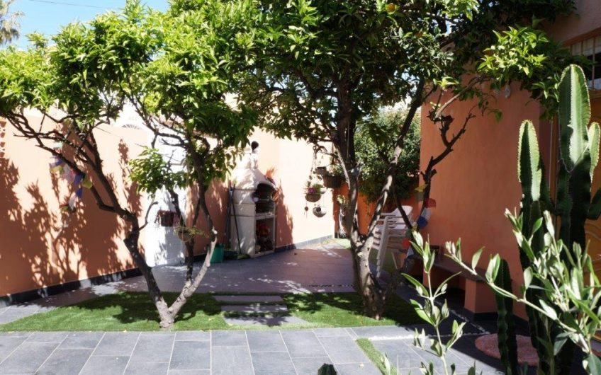 Unikt rekkehus i Los Frutales kun 450 meter fra havet. Flott uteplass.