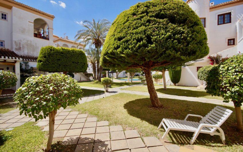 Velkommen til vakre Residencial Playa Flamenca. Sjarmerende bolig i spansk stil 500 meter fra havet.