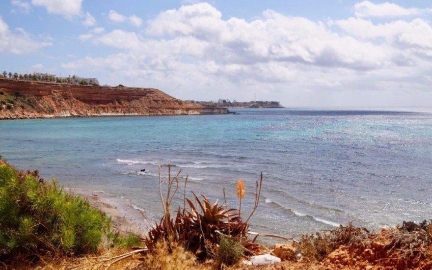 En perle i Urbanisasjon Sol y Verde på vakre Cala Capitan i Cabo Roig med bare noen få minutters gange til stranden.