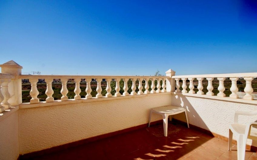 SOLGT! Velkommen til idylliske Las Chismosas, som ligger i et vakkert område mellom Playa Flamenca og Villamartin.