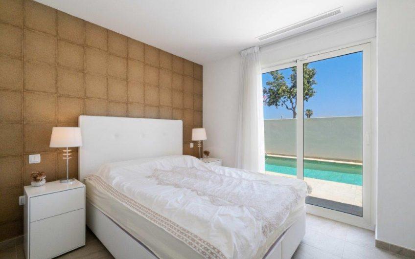 Praktfull Villa med havutsikt i Guardamar. Høy standard, privat basseng og kort avstand til stranden.