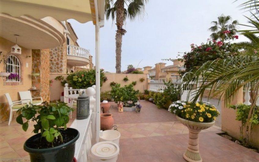 *SOLGT* Villa i Aguas Nuevas med 4 soverom, privat parkering og felles bassengområde.