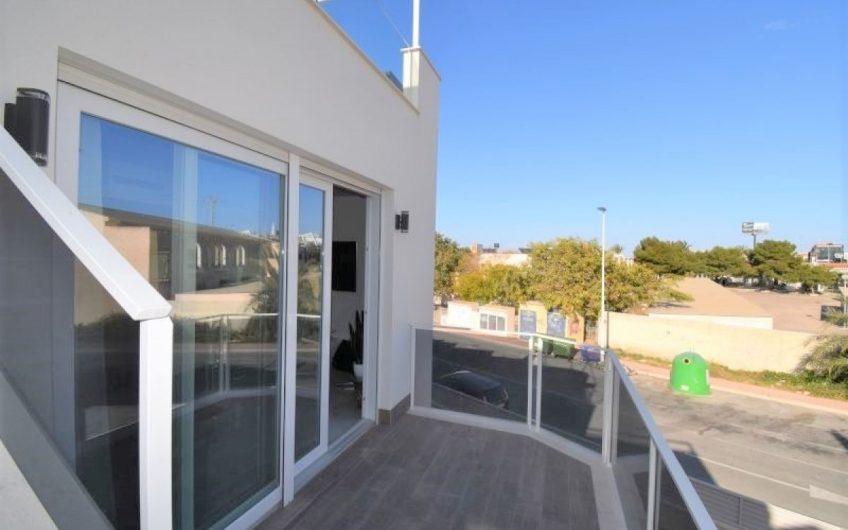 *SOLGT* Moderne luksuriøs leilighet 880 m fra havet med garasje og stor takterrasse. Felles bassengområde.