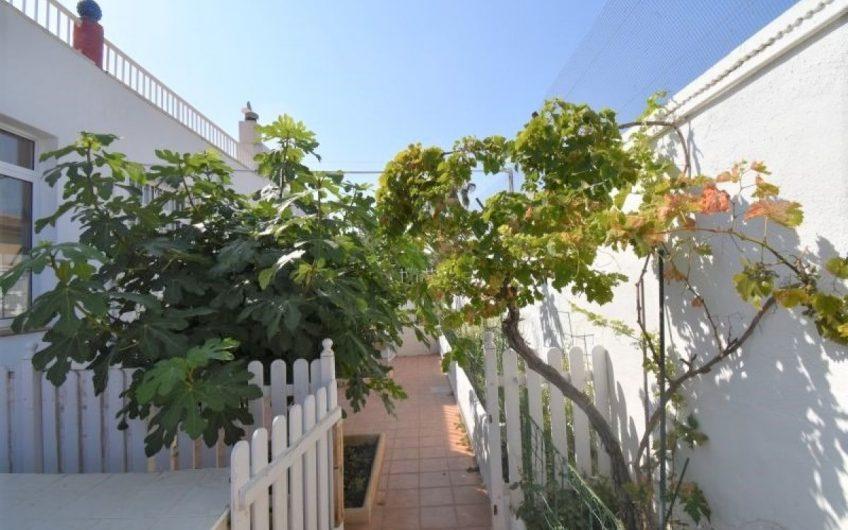 Meget innholdsrik enebolig i El Chaparral med flott hage og stort basseng.