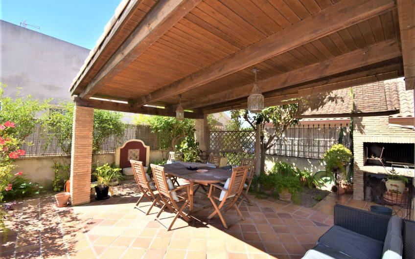 *SOLGT* Torrevieja. Frittstående villa i Aguas Nuevas med stor hage. Felles bassengområde.