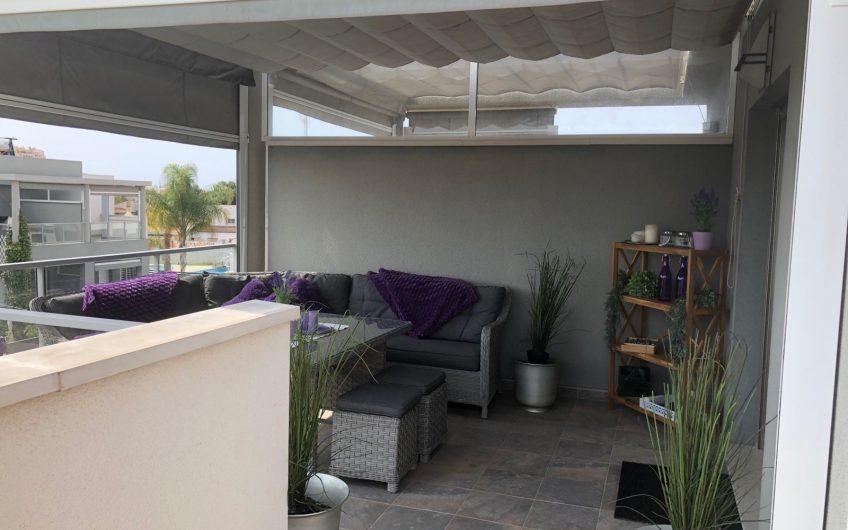 Aguas Nuevas. Flott bolig med felles bassengområde og privat grillplass i hagen.