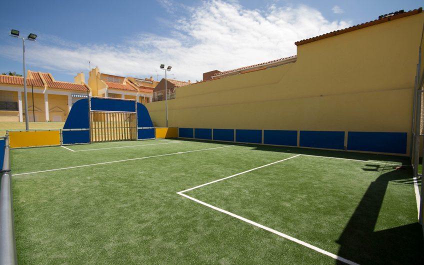 Torrevieja. Kjempefint rekkehus i Aguas Nuevas. Privat takterrasse med havutsikt