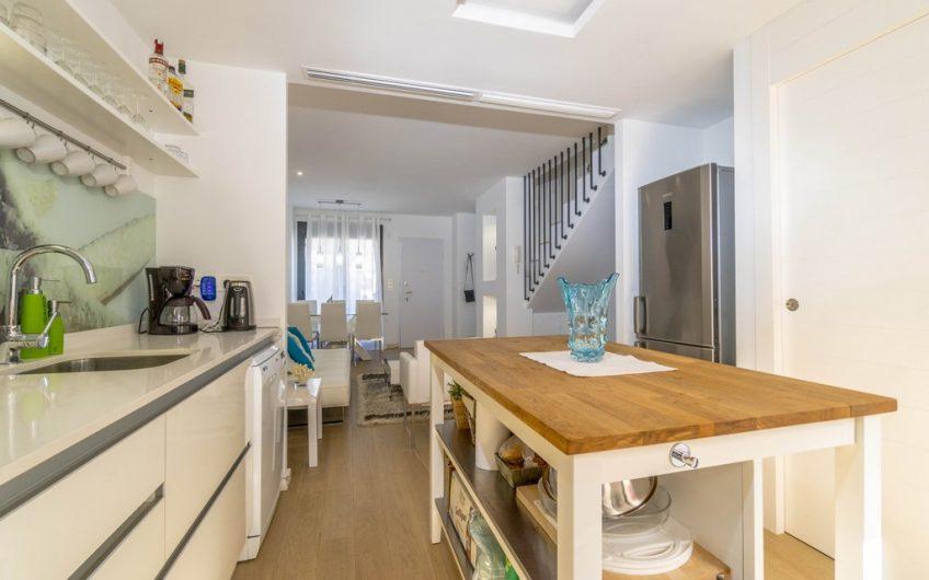 *SOLGT* La Zenia. Moderne leilighet med privat takterrasse og gode solforhold. Felles svømmebasseng.