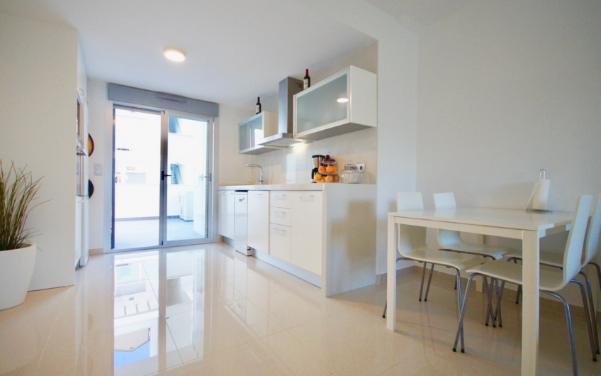 Punta Prima. Lys, moderne leilighet med 2 terrasser og felles bassengområde
