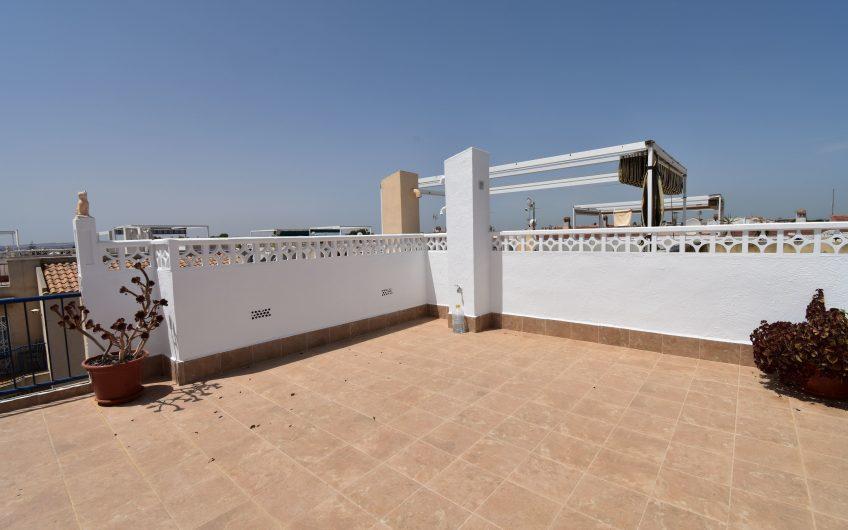 El Chaparral. Totalrenovert bungalow med privat takterrasse og felles svømmebasseng