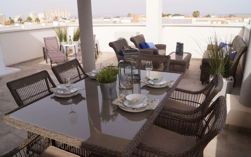 Flott leilighet med privat takterrasse og felles svømmebasseng