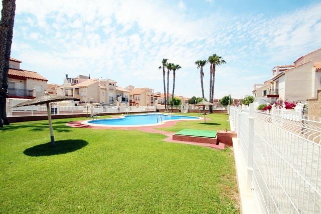 Playa Flamenca. Nyrenovert bungalow på bakkeplan med hage og felles svømmebasseng