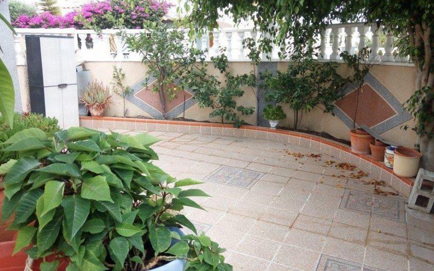 *SOLGT* Los Altos.  Tomannsbolig på hjørnetomt med stor hage, privat takterrasse og felles svømmebasseng.