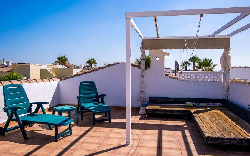 Ciudad Quesada. Tomannsbolig med stor hage, privat takterrasse og felles svømmebasseng