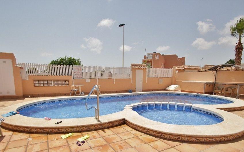 *SOLGT* Sjarmerende rekkehus rett utenfor Torrevieja. Stor uteplass og felles bassengområde.
