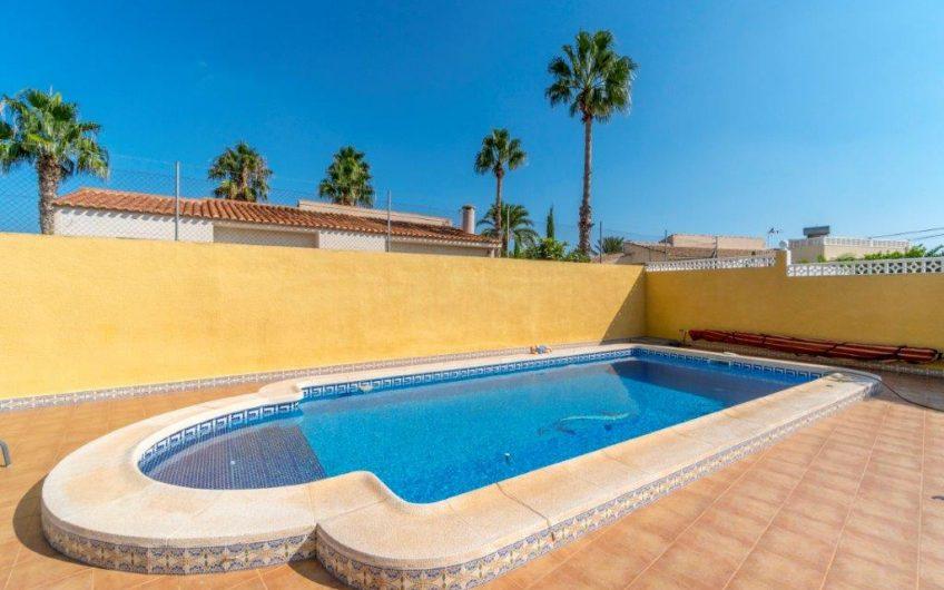 Meget innholdsrik enebolig i El Chaparral med flott hage, basseng og nydelig utsikt.