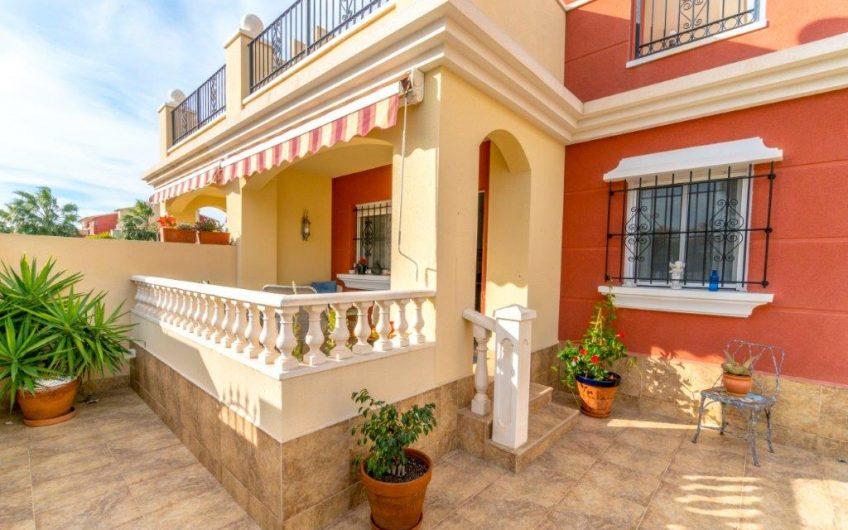 Torrevieja – Kjempefin hjørnebolig i Altos de la Bahia. Stor hage, fine terrasser, flott bassengområde og fantastisk beliggenhet.