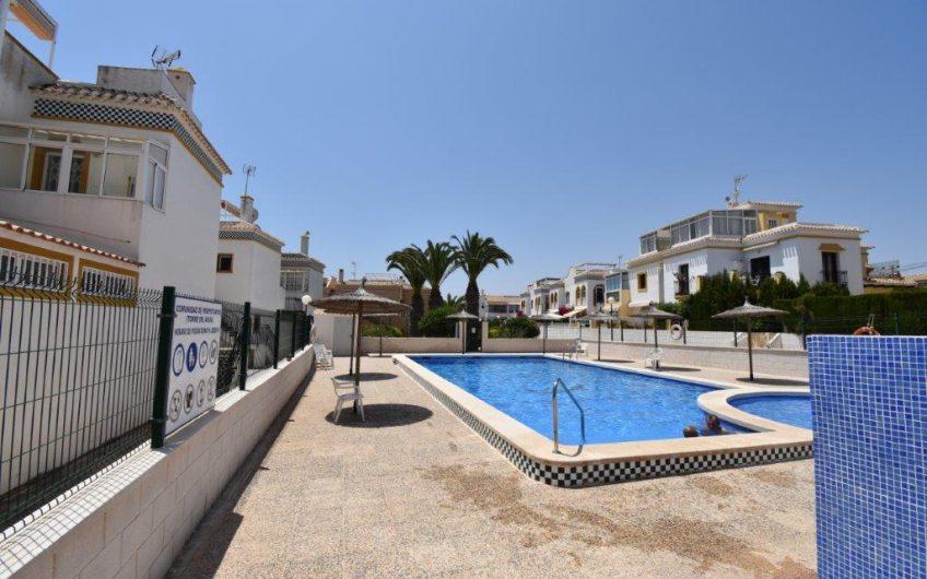 *RESERVERT* Torrevieja. Fin leilighet med takterrasse. Felles bassengområde. Kort avstand til La Mata stranden.