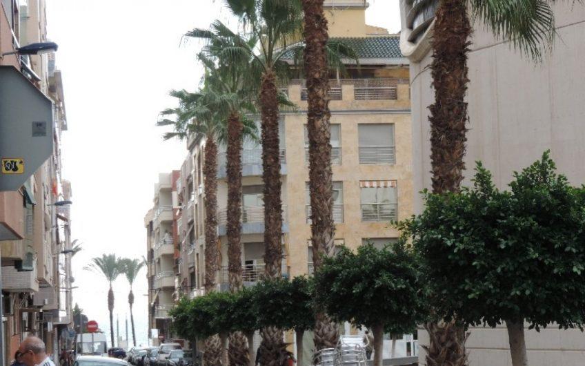 Nyrenovert Penthouse i Torrevieja sentrum. Rett ved kirkeplassen. 250 meter fra strandpromenaden.