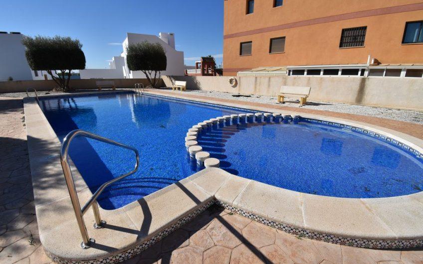 Torrevieja- Aguas Nuevas. Kjempefint rekkehus på hjørnetomt med felles bassengområde.