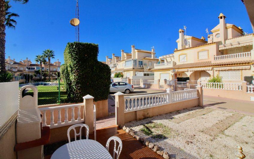 Playa Flamenca- Fint rekkehus på hjørnetomt rett foran bassenget. Nære Zenia Boulevard.