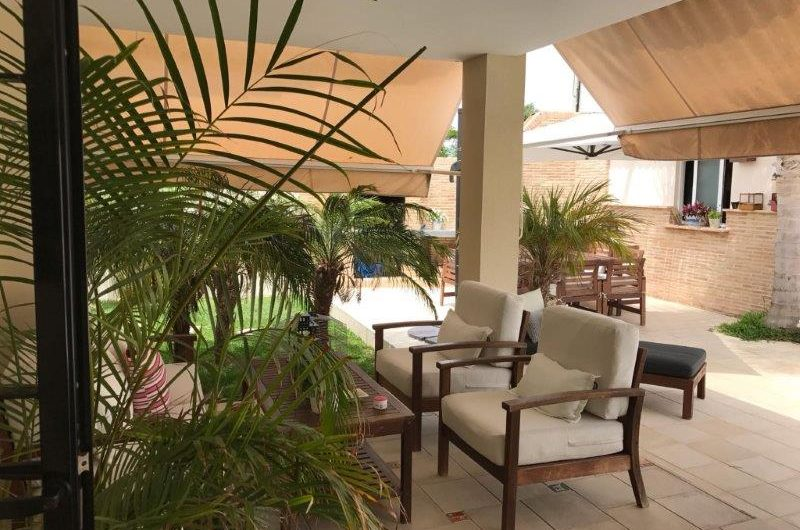 Torrevieja – Vakker Villa i Aguas Nuevas. Stor hage med basseng. Hjørnetomt.