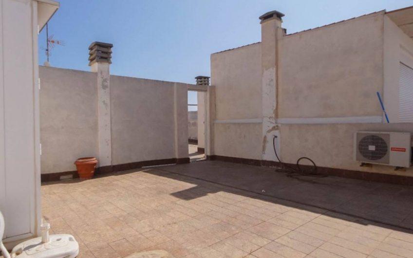 Sydvendt Penthouse mitt i hjertet av Torrevieja. 4 soverom og 2 bad. Stor terrasse og privat takterrasse.