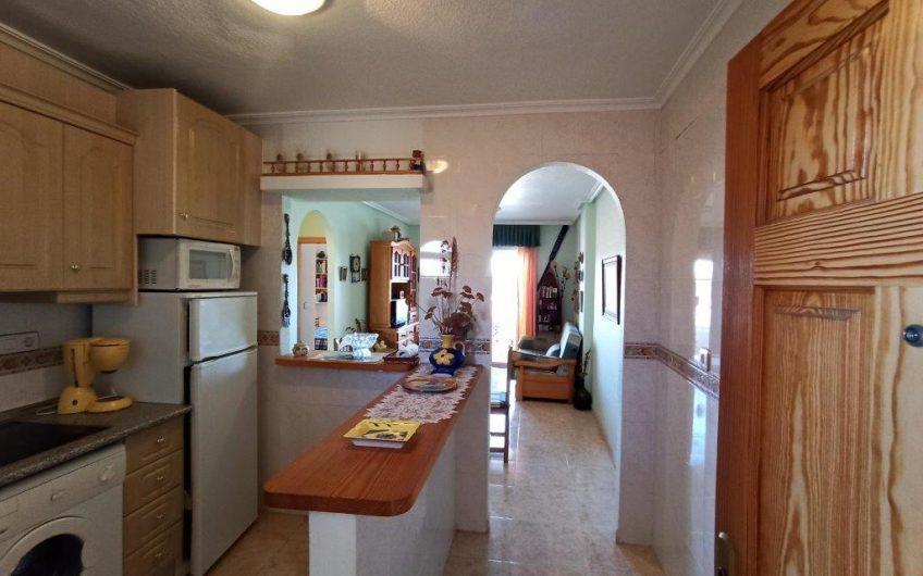 Fin leilighet i Calas Blancas med 2 soverom. Felles bassengområde. Gangavstand til Torrevieja sentrum.
