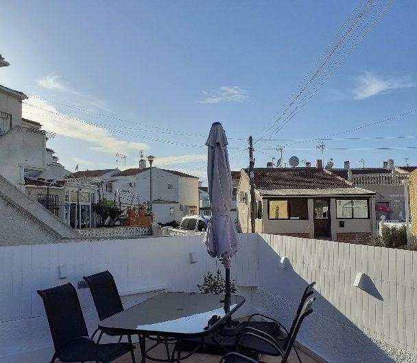 Toppleilighet med 2 soverom i La Torreta. Nyrenovert og stor hage.