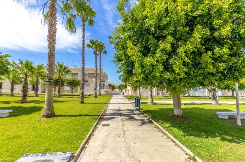 Koselig rekkehus i Aguas Nuevas (Torrevieja). Nære by og hav.