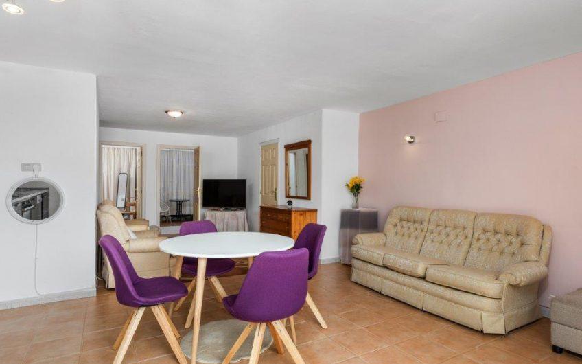 Nyrenovert rekkehus med 2 boenheter. 4 soverom, takterrasse med Jacuzzi og felles bassengområde.