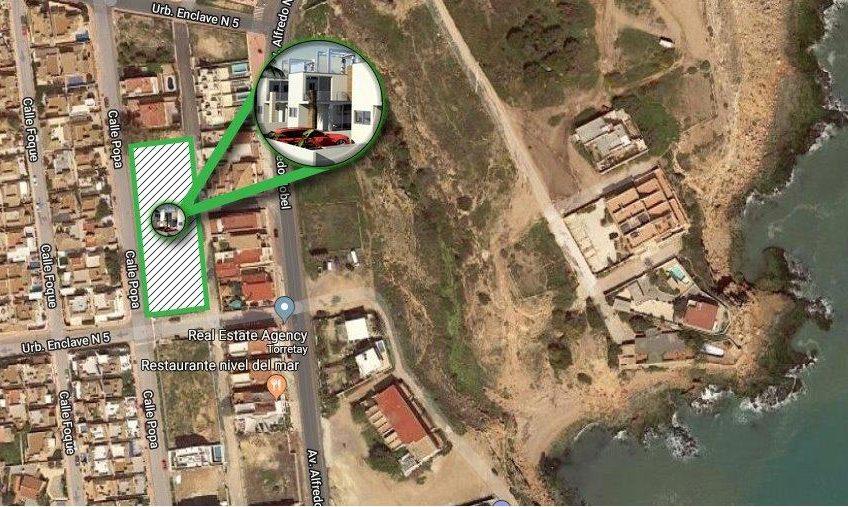 4 nye innflytningsklare villaer rett ved havet. 3 soverom. 3 bad. Parkering og svømmebasseng.