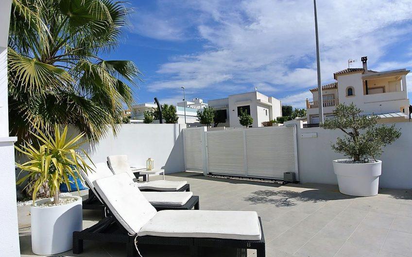 Villa i rekke med privat basseng i San Fulgencio, La Marina.