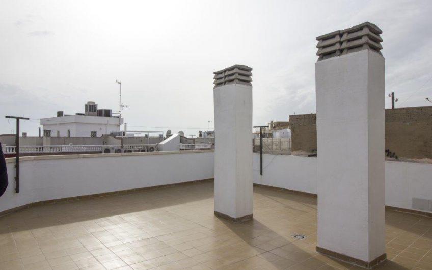 En lys og fin Penthouse i sentrum av Torrevieja med stor terrasse. 200 meter til havet.