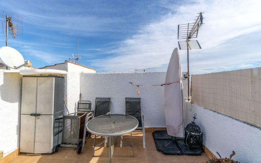 Sentrumsnært rekkehus i Calas Blancas. Kort avstand Playa de Los Locos and Playa del Cura