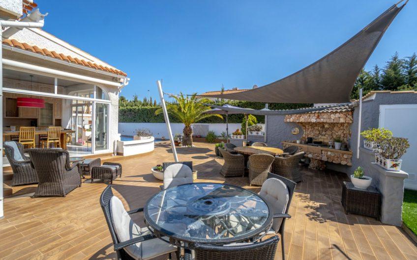 *RESERVERT*Torrevieja- Fantastisk Villa med privat basseng i Aguas Nuevas. Kun 700 meter fra La Mata stranden.
