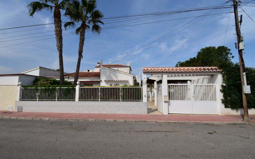 Villa med stort potensiale i populært område.