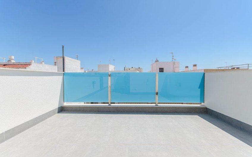 Fantastisk Toppleilighet med privat takterrasse 250 meter fra stranden. Felles basseng på taket.