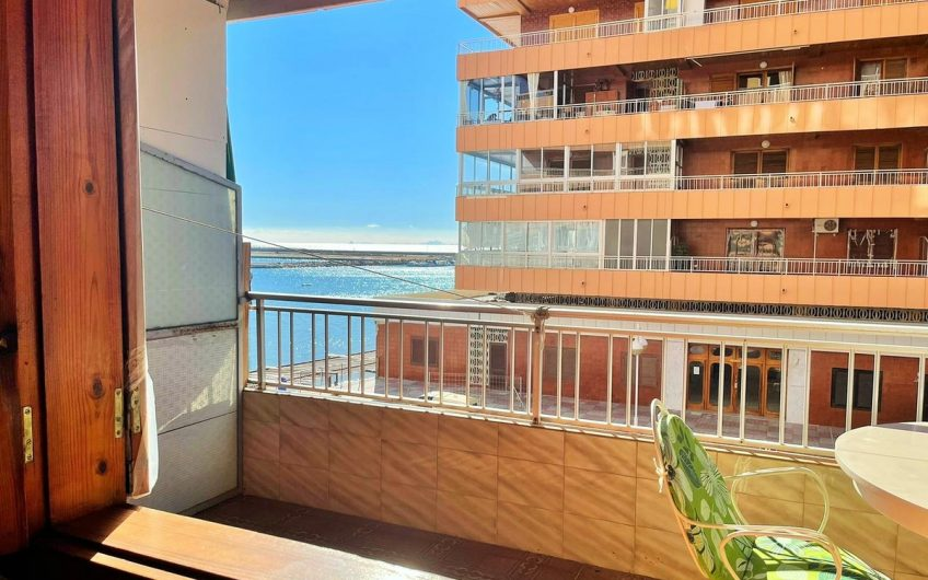 Renoveringsobjekt 1. linje på Acequin stranden. Stor terrasse og felles bassengområde.