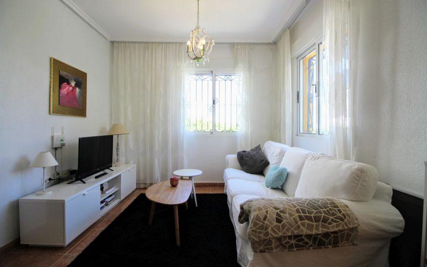*RESERVERT* Fin bolig i Dream Hills. 3 soverom, hage og takterrasse. Felles bassengområde.