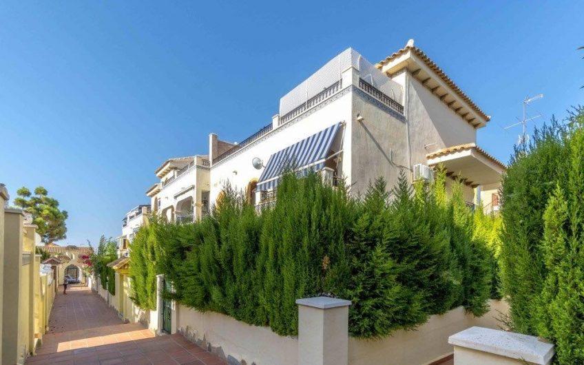 *RESERVERT* Fin toppleilighet med stor terrasse og havutsikt i hyggelig urbanisasjon på Torrejon. Kort vei til La Mata stranden.