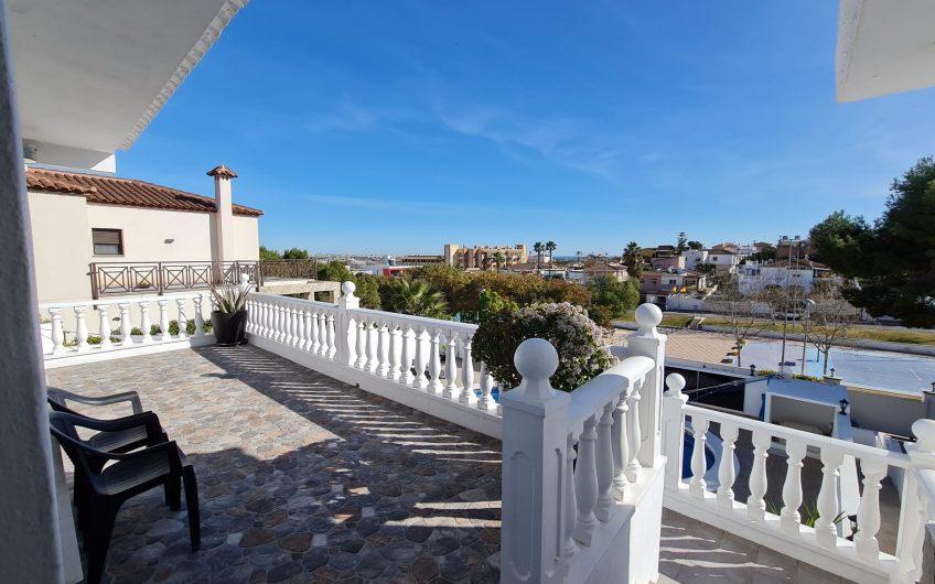 Spektakulær luksusvilla i Los Balcones med gjesteleilighet.