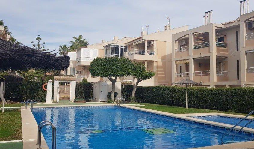 Koselig leilighet i populært område. Kjempefint fellesområde med basseng. 300 meter fra havet