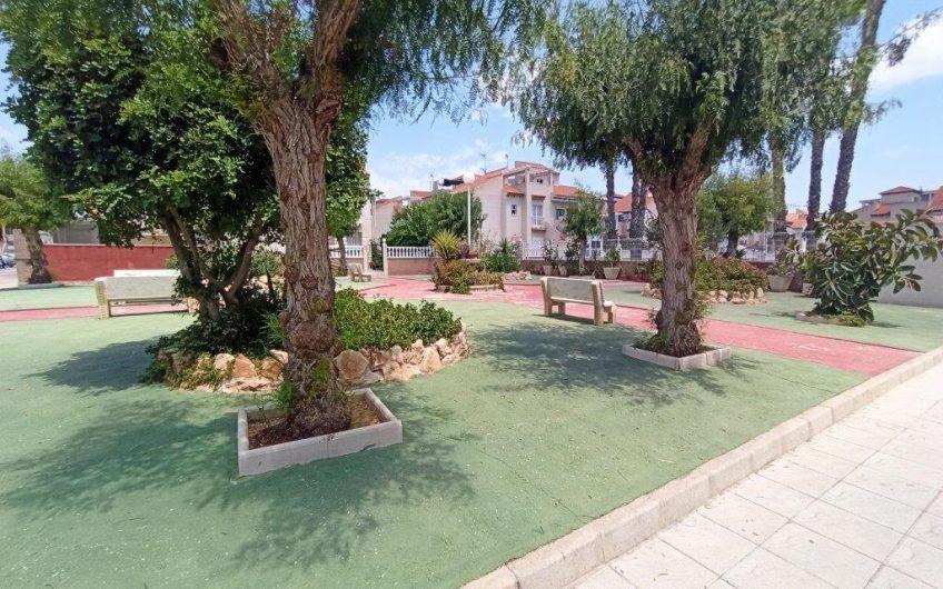 Playa Flamenca. Nyrenovert bungalow på bakkeplan med hage og felles svømmebasseng.